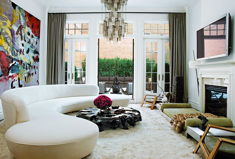 A custom Serpentine sofa, 2007, in a New York town house by Julie Hillman Design. Photography by Bärbel Miebach.